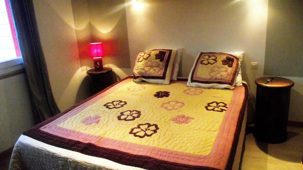 A bed or beds in a room at Maison au centre de Camazen