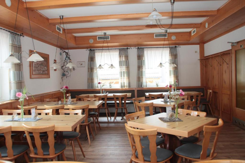 A restaurant or other place to eat at Gasthof Kreisi