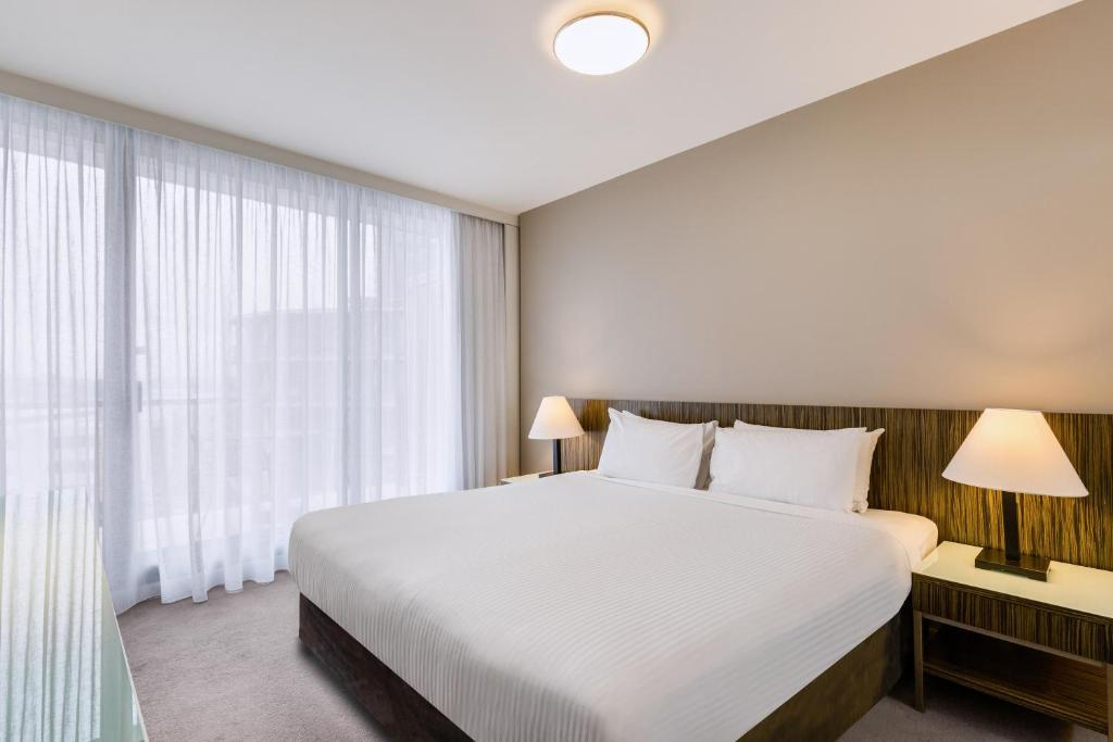A bed or beds in a room at Adina Apartment Hotel Sydney, Darling Harbour