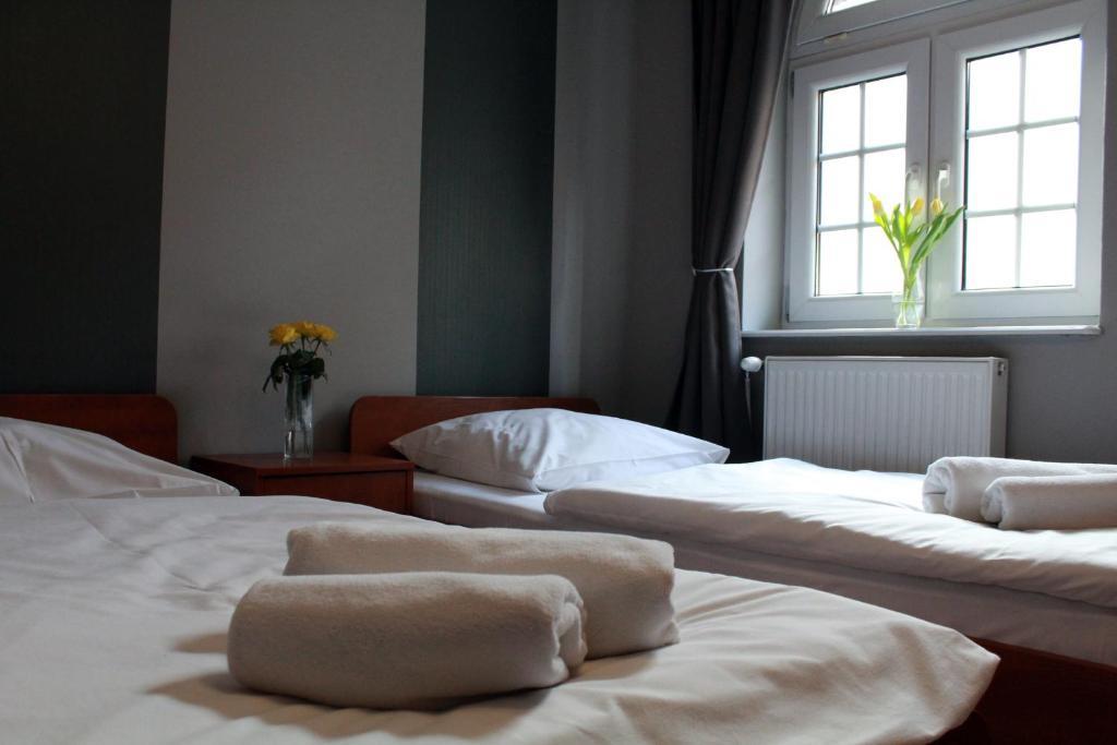 Łóżko lub łóżka w pokoju w obiekcie Dworek Mitro