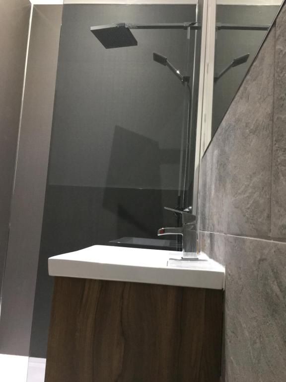 A bathroom at Stable Yard Rooms - The White Swan