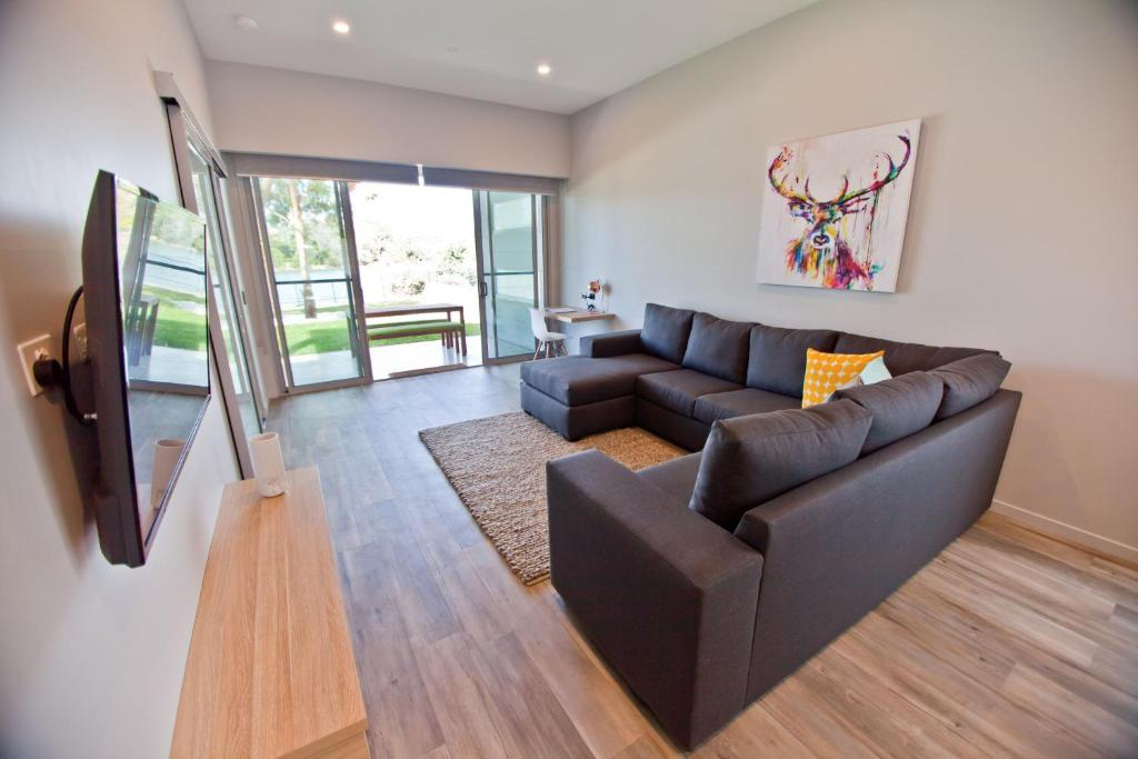 A seating area at Waterfront Apartments