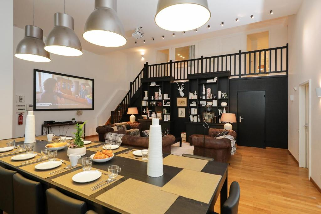A restaurant or other place to eat at Colmarappart Rue Des Clefs