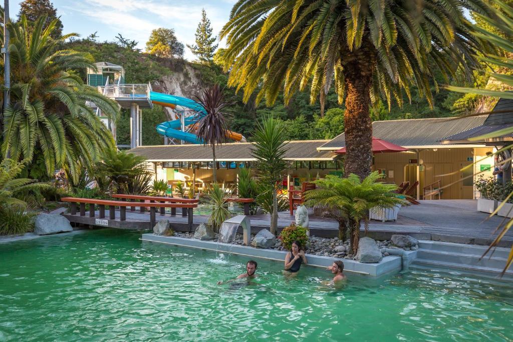 Poolen vid eller i närheten av Taupo Debretts Spa Resort