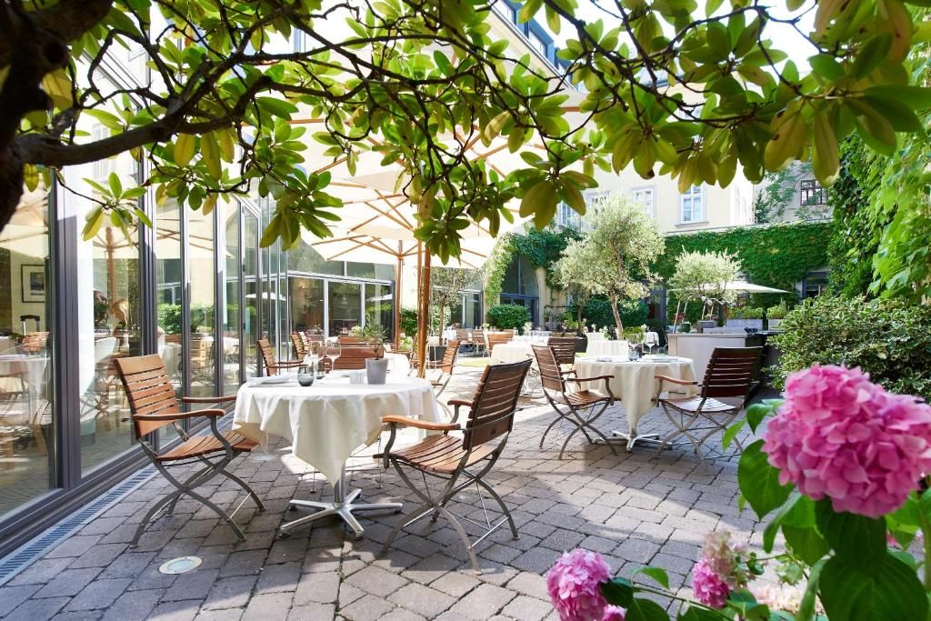 A restaurant or other place to eat at Das Triest Hotel