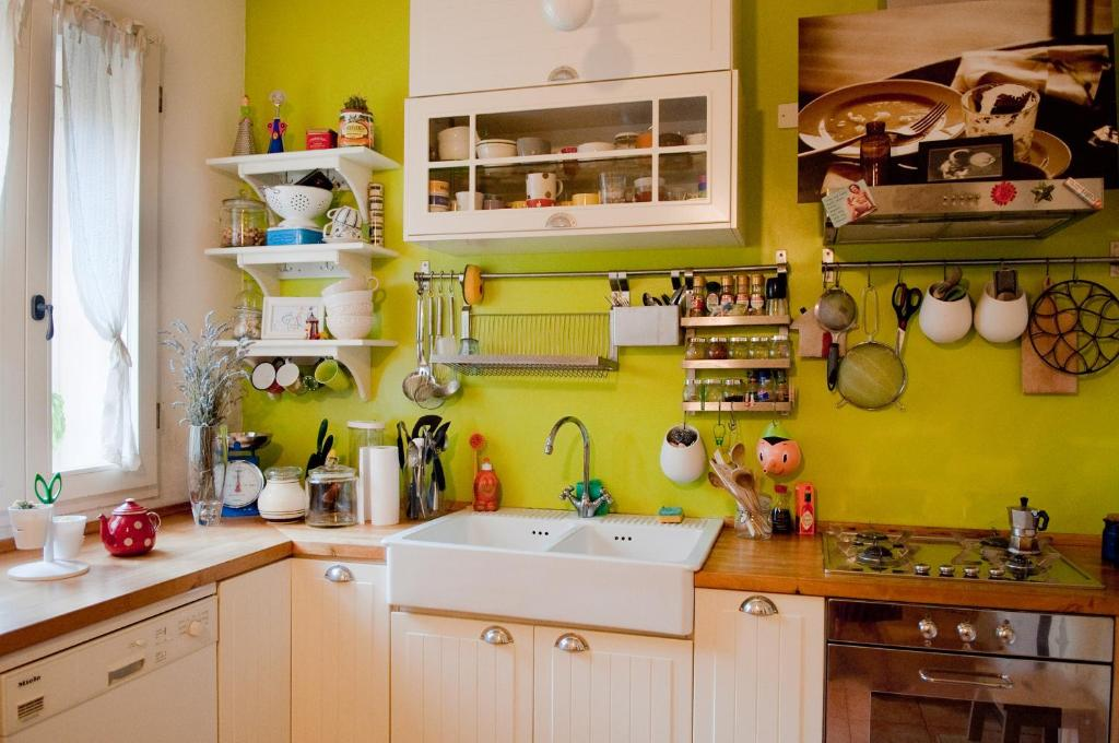 A kitchen or kitchenette at La Casetta Con La Porta Verde