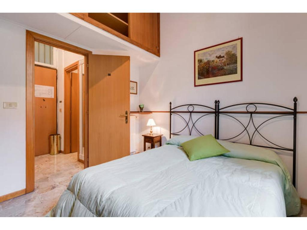 A bed or beds in a room at Appartamento Centrale San Pietro