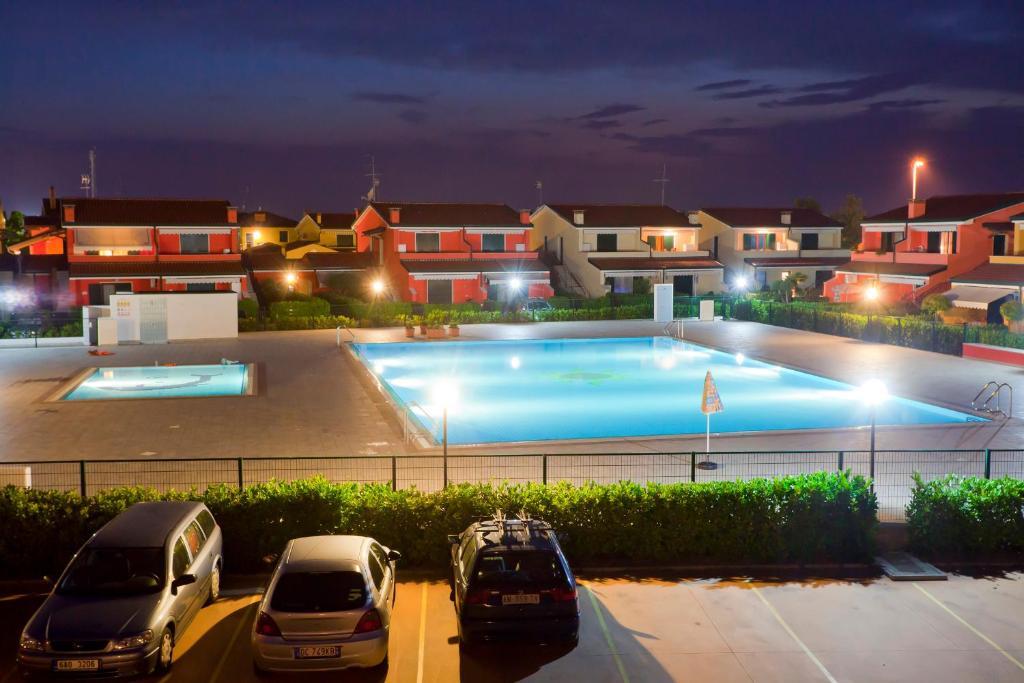Bazén v ubytování Residence Villaggio Dei Fiori nebo v jeho okolí