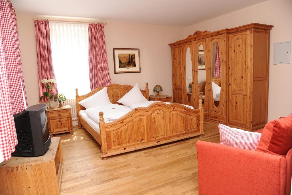 Ein Bett oder Betten in einem Zimmer der Unterkunft Unertl Bräustüberl