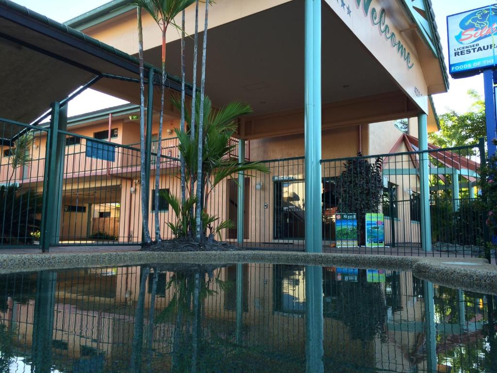 The swimming pool at or close to Cannon Park Motel