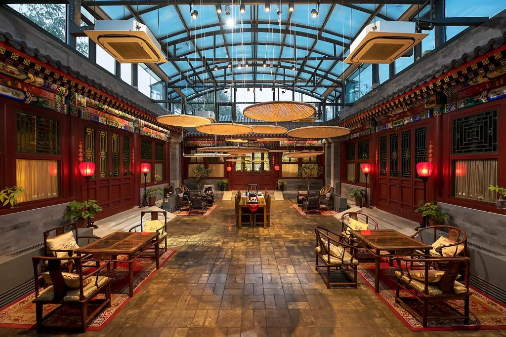 A restaurant or other place to eat at Beijing Shichahai Sandlwood Boutique Courtyard