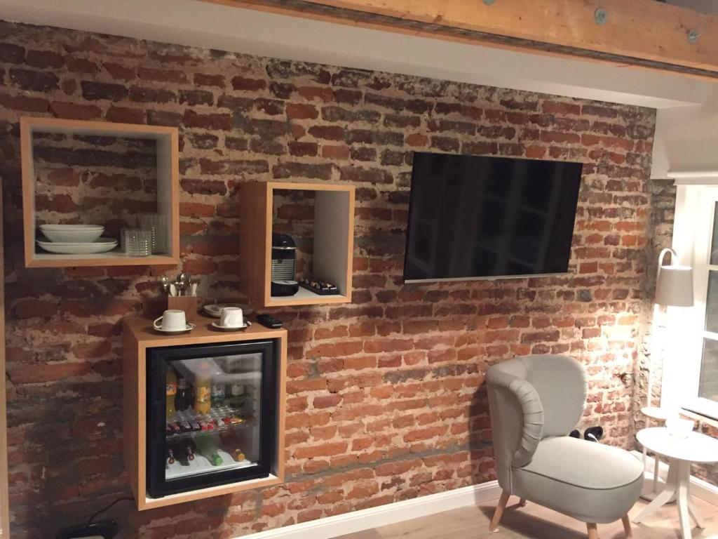 A television and/or entertainment centre at Square Rooms 20