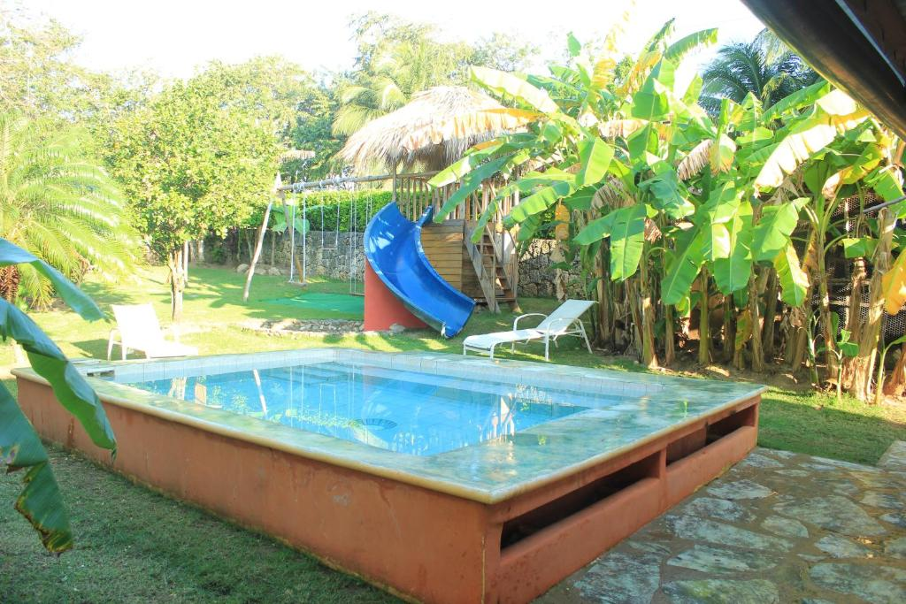 Der Swimmingpool an oder in der Nähe von Gipsy Ranch Rooms