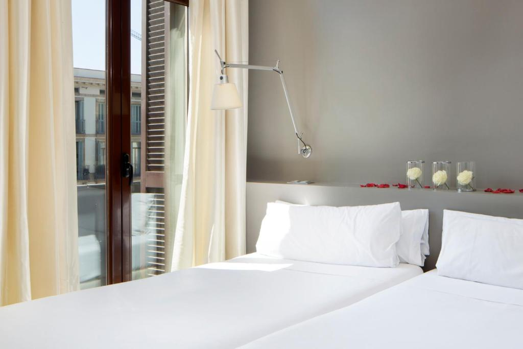 A bed or beds in a room at Hotel Internacional Ramblas