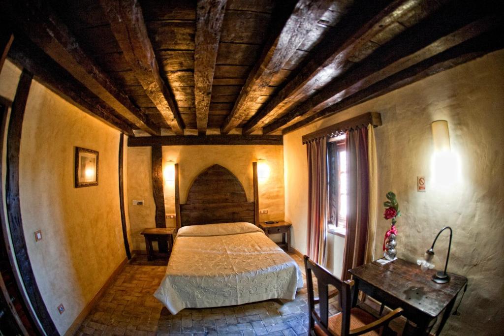A bed or beds in a room at Hotel Palacio de Elorriaga