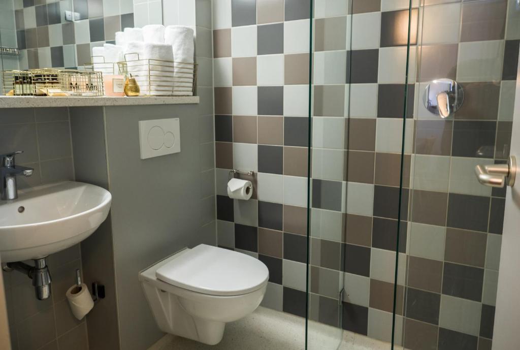 A bathroom at Linden Hotel