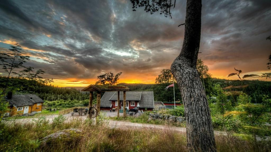 Soloppgangen eller solnedgangen sett fra ferieparken eller i nærheten