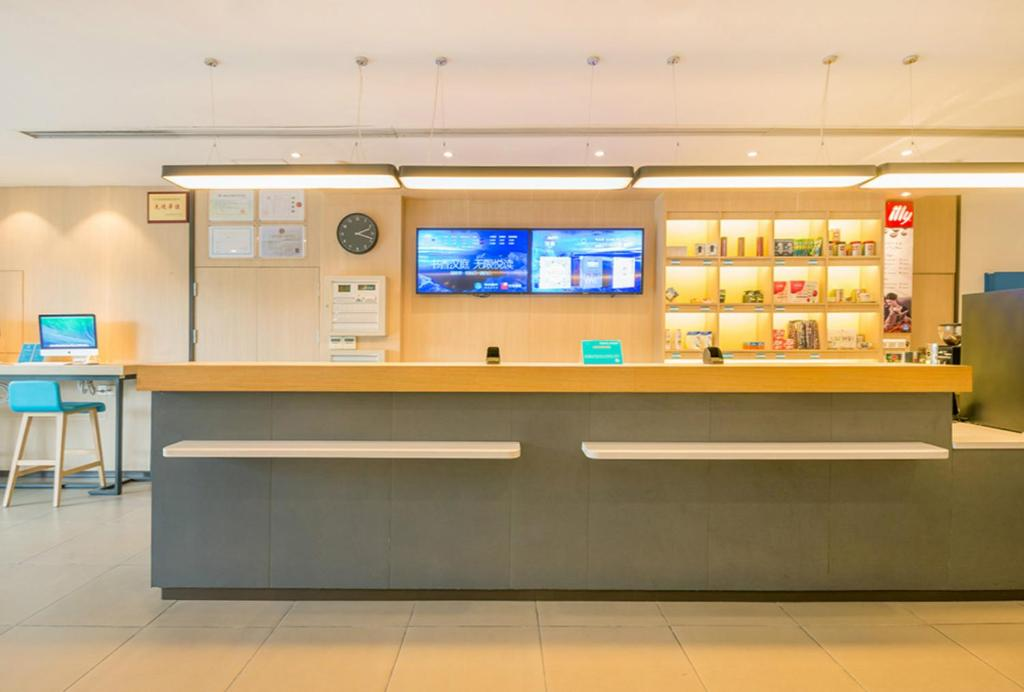 The lobby or reception area at Hanting Express Hangzhou Wulin Gate