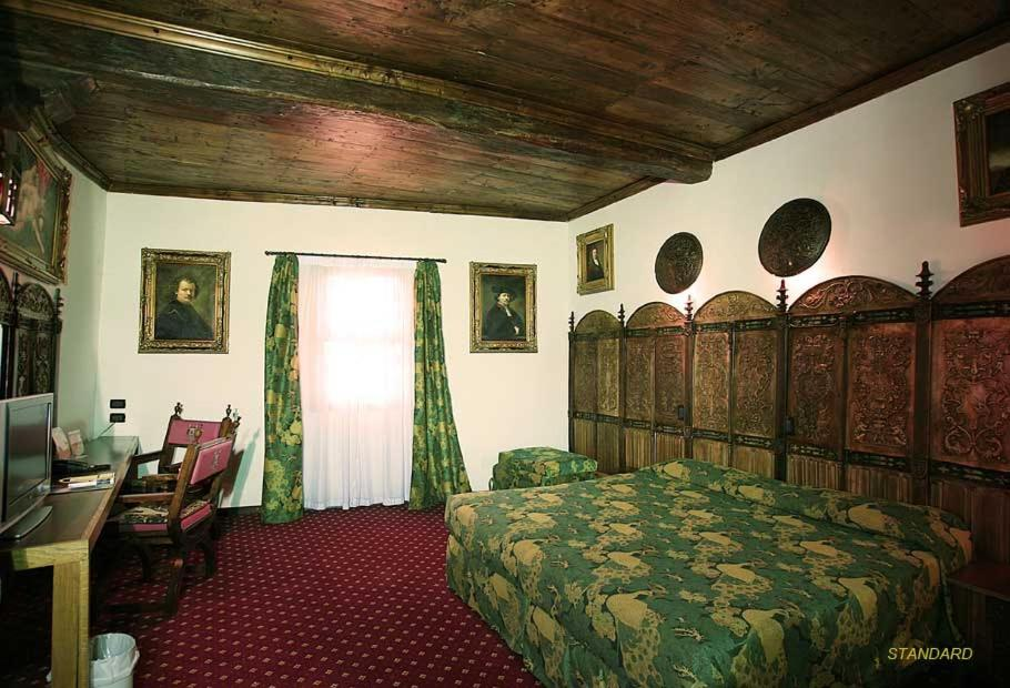 A bed or beds in a room at Castello Di Pavone
