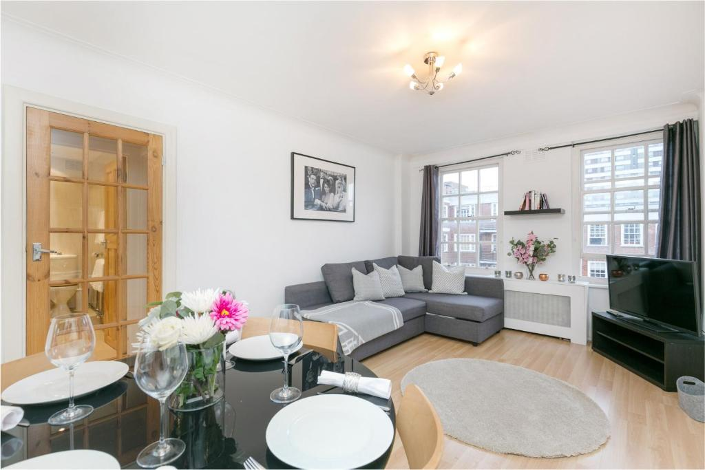 A seating area at Marble Arch Serviced Apartments