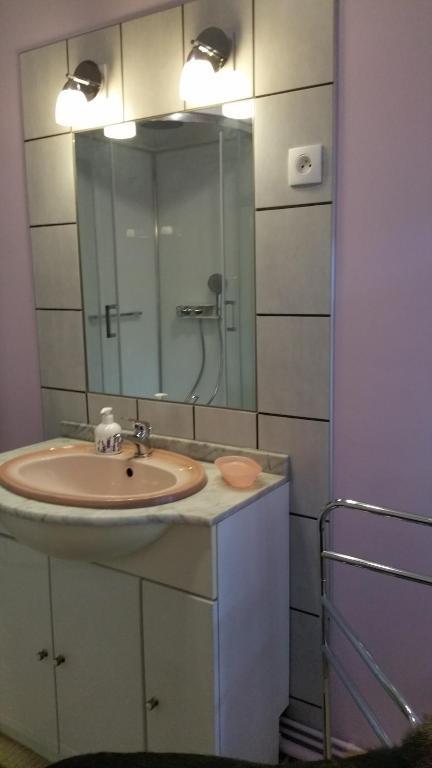 A bathroom at Le Gite de Laurence
