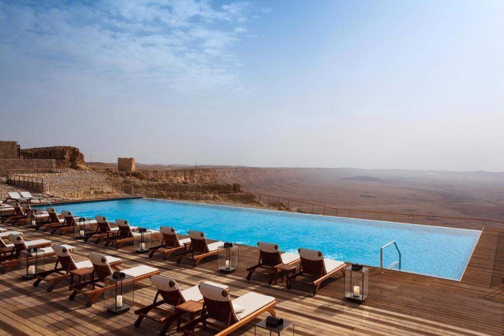 בריכת השחייה שנמצאת ב-מלון בראשית מקבוצת מלונות היוקרה של ישרוטל או באזור