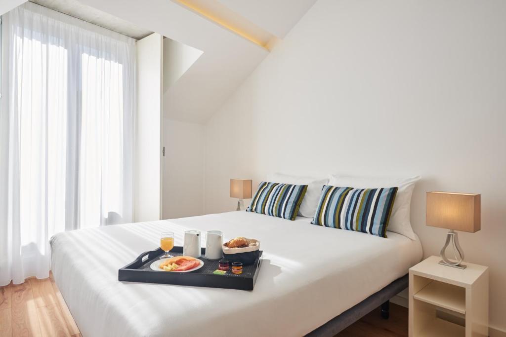Een bed of bedden in een kamer bij Apartamentos Ponte Nova