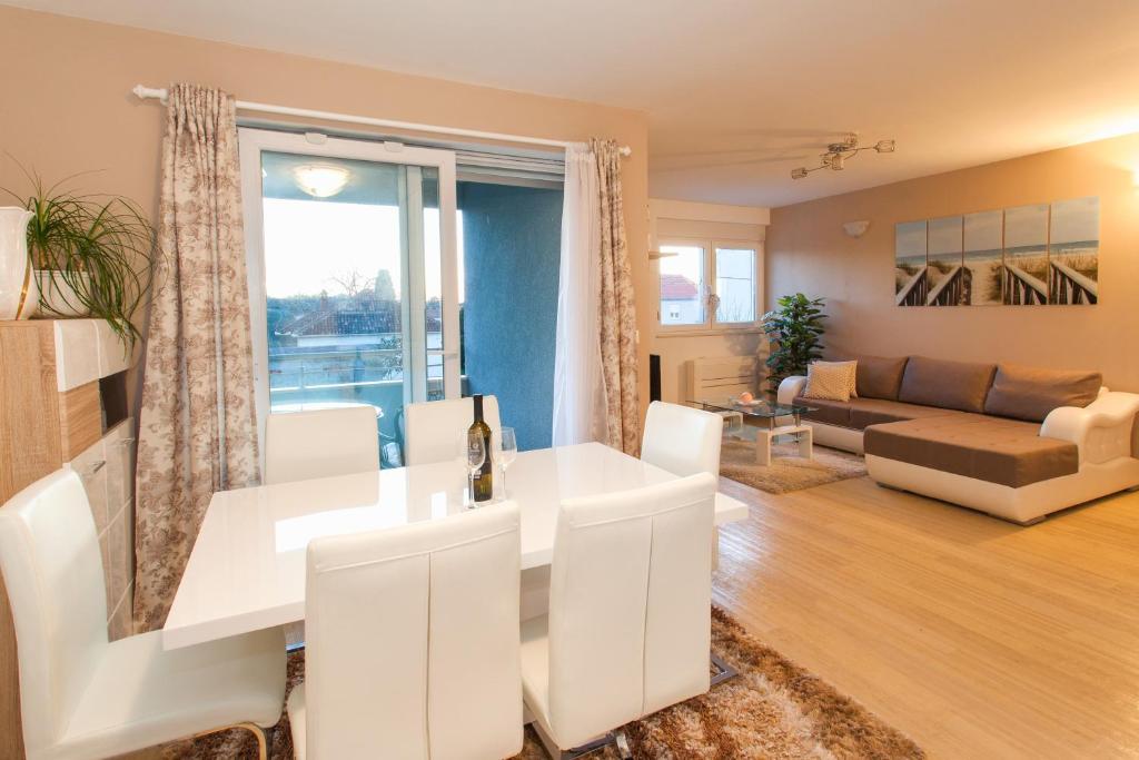 A seating area at Apartment Katarina