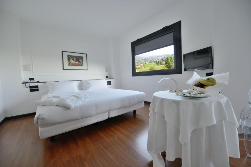 A bed or beds in a room at Hotel Mamiani & Kì-Spa Urbino