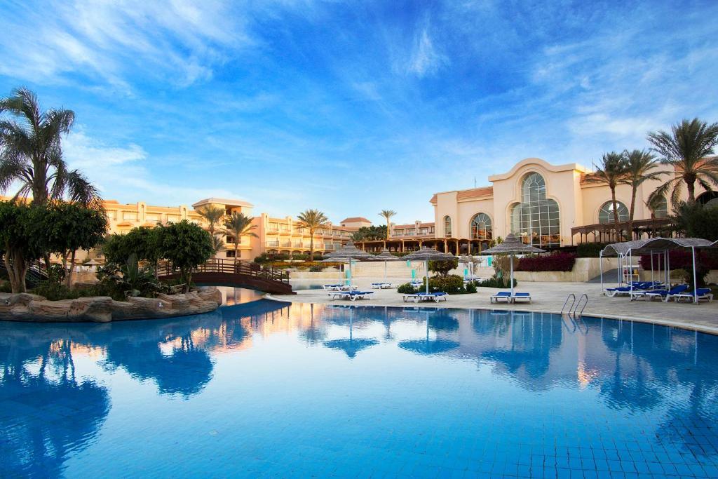 المسبح في Otium Pyramisa Beach Resort Sahl Hasheesh أو بالجوار