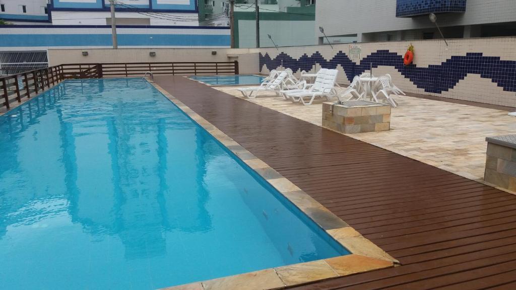 A piscina localizada em Apartamento Douglas Buzzo ou nos arredores