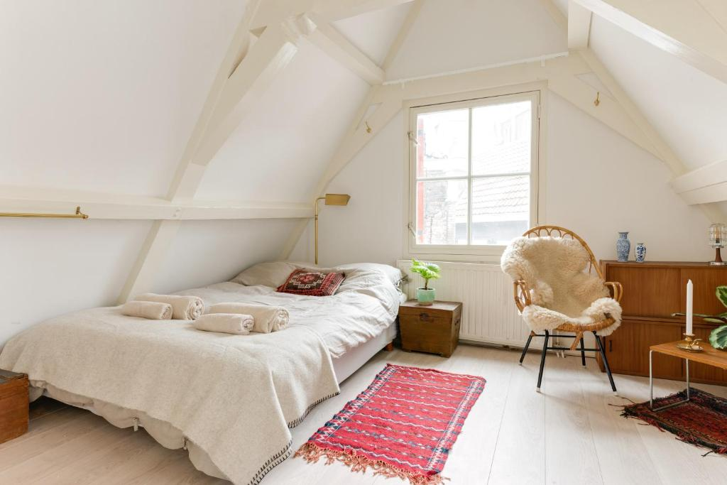 A bed or beds in a room at Rembrandt Studio's