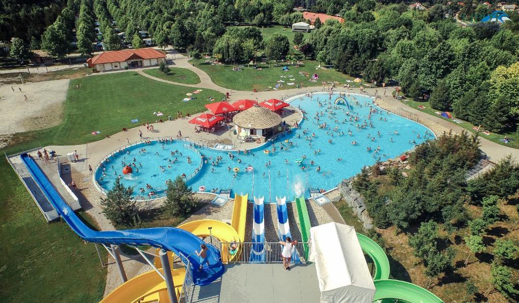 Ein Wasserpark auf dem Campingplatz oder in der Nähe