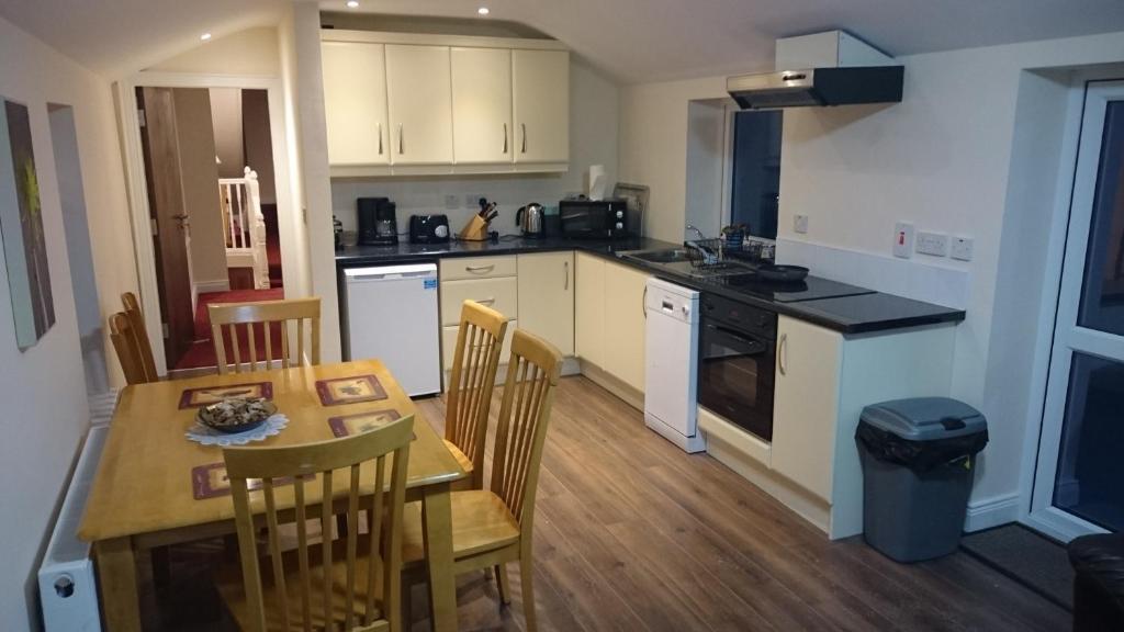 A kitchen or kitchenette at Esker House