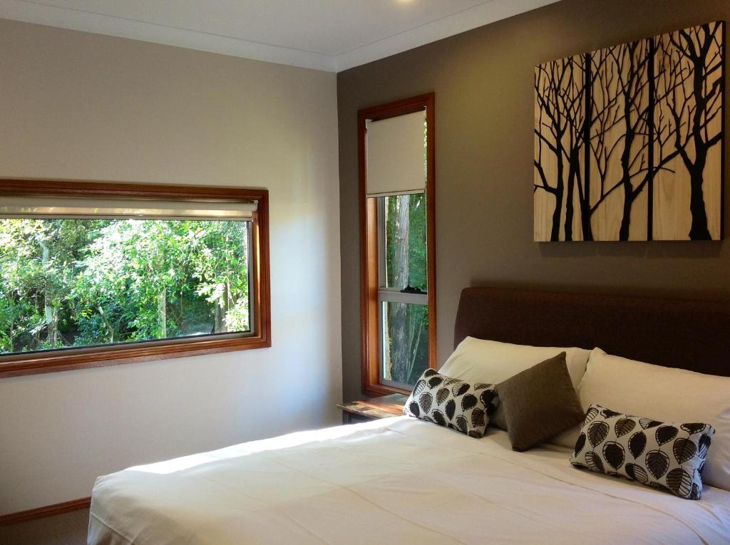 A bed or beds in a room at Mistinthegumtrees Eco Luxury Cabins