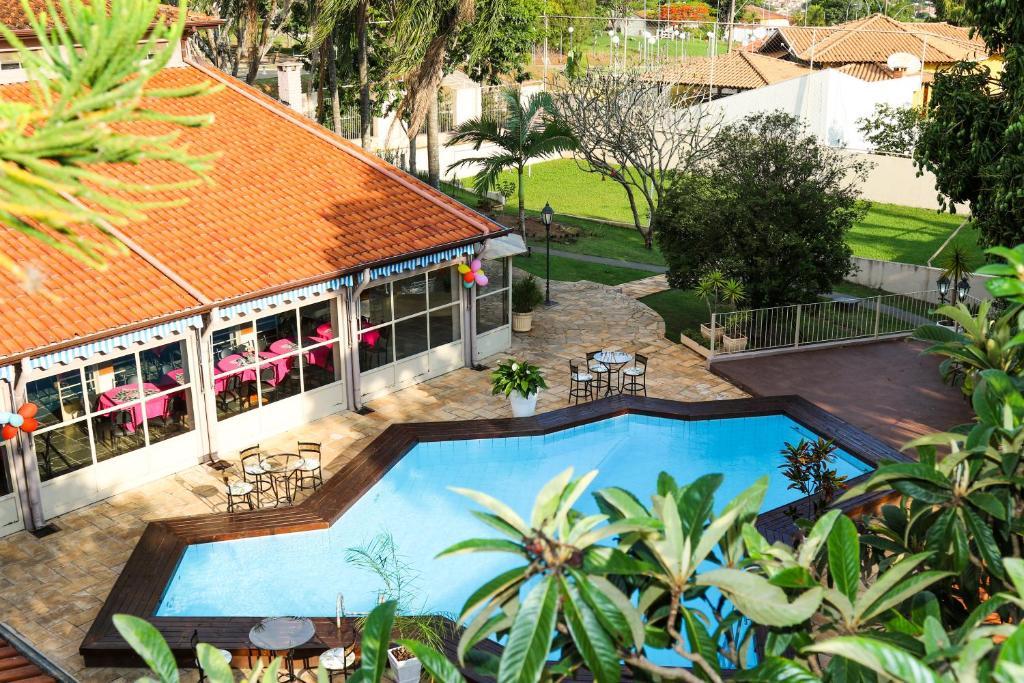 Uma vista da piscina em Villa Donn'Anna ou nos arredores