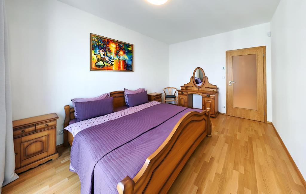 Кровать или кровати в номере 006 Angel Apartment