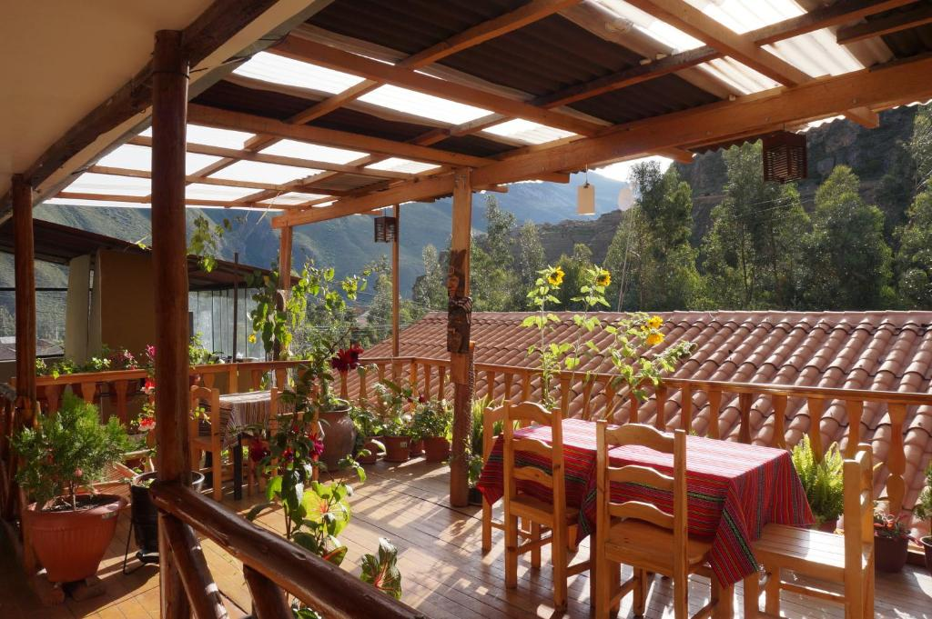 A restaurant or other place to eat at Ollantaytampu Hostel Patacalle