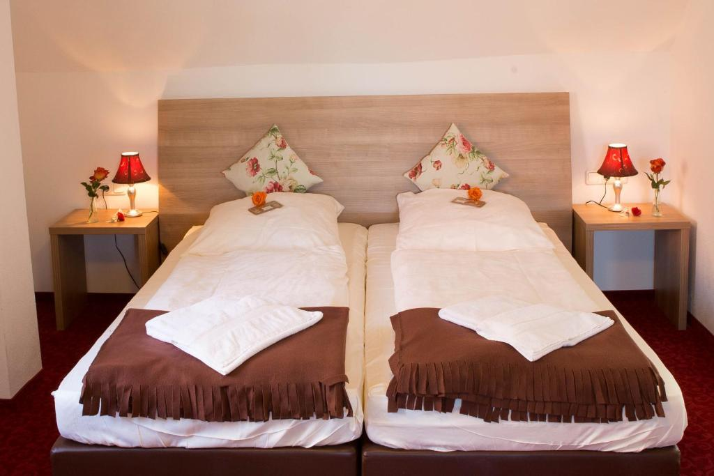 A bed or beds in a room at Boutiquehotel Goldene Rose