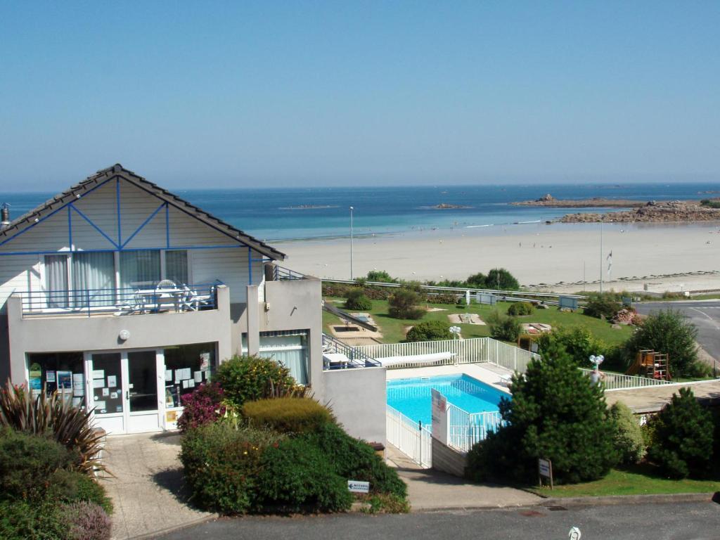 Vue sur la piscine de l'établissement Les Terrasses de la plage de Trestel ou sur une piscine à proximité
