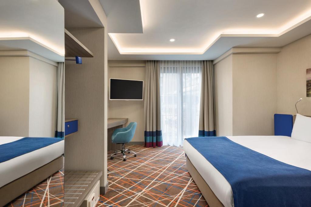 Кровать или кровати в номере Tryp by Wyndham Istanbul Taksim