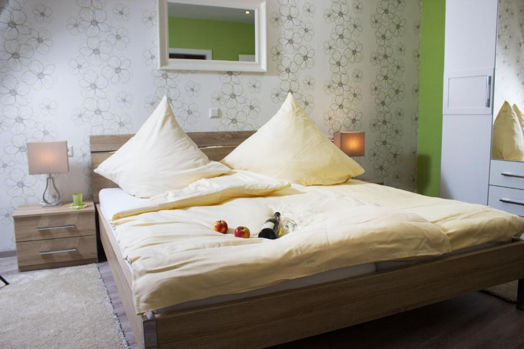 A bed or beds in a room at Weinstube Castor