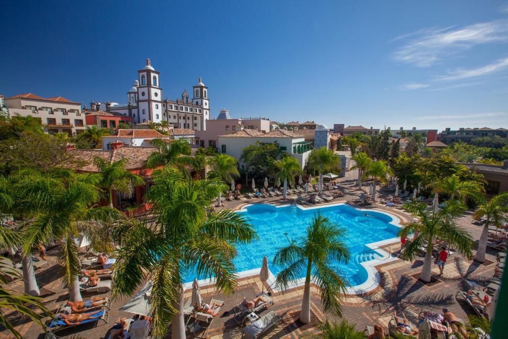 Uitzicht op het zwembad bij Lopesan Villa del Conde Resort & Thalasso of in de buurt