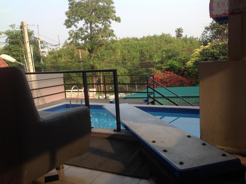 Вид на бассейн в BEN & LEK GUESTHOUSE или окрестностях