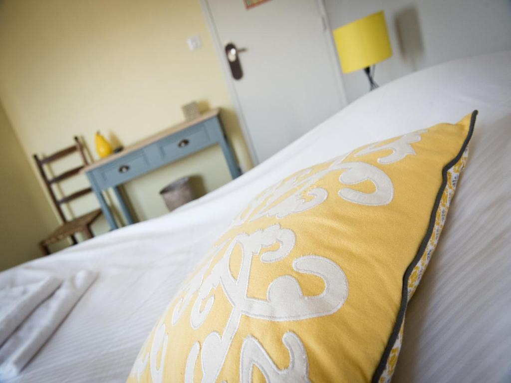 A bed or beds in a room at Hotel Restaurant Le Relais Fleuri