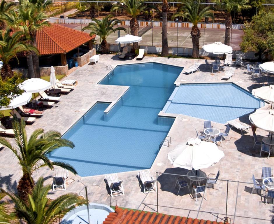 Vista sulla piscina di Klonos Anna o su una piscina nei dintorni