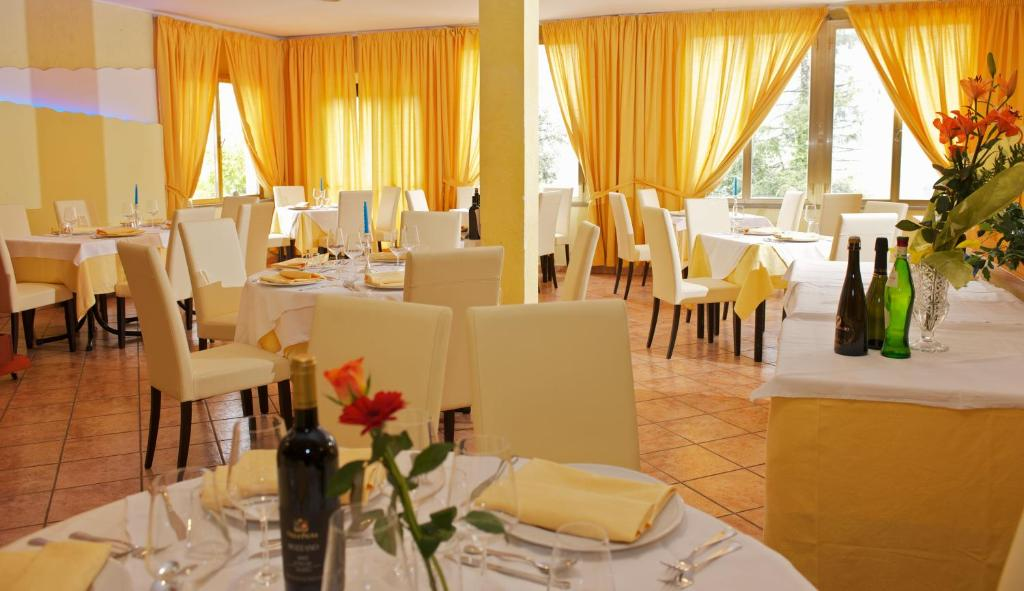 A restaurant or other place to eat at Hotel La Meridiana
