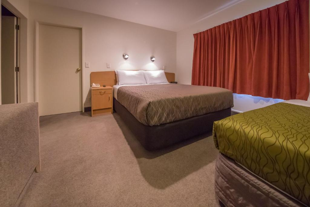 A bed or beds in a room at Siena Motor Lodge