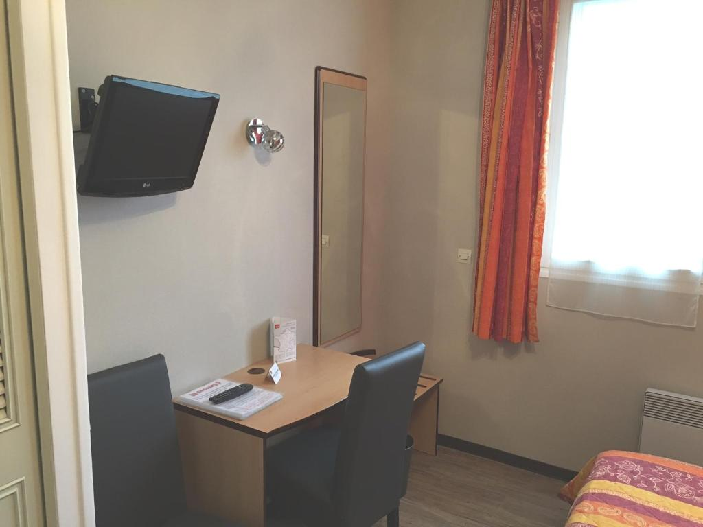 A television and/or entertainment center at Hotel du Haut Marais