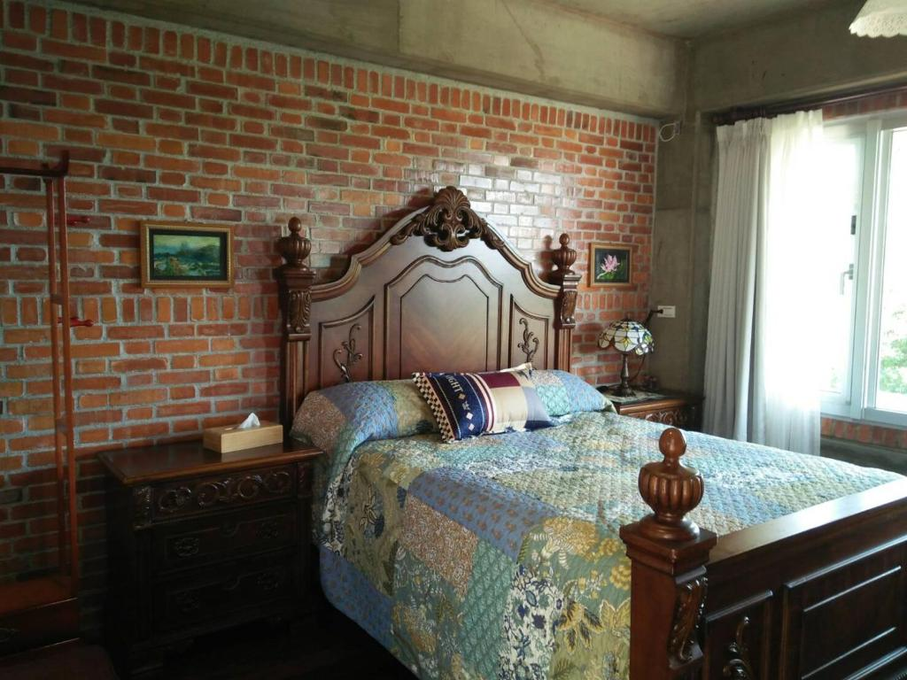 A bed or beds in a room at Between Trees BnB